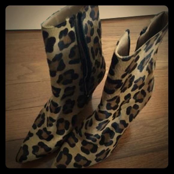 e5a956ba1721 Stuart Weitzman Leopard print ankle boots. M_5b3cf975fe5151bb2ec7ef7c